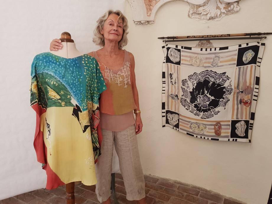 Anne-Marie Caffin, sa robe tableau L'Homme à l'écoute du vent et son tableau sur soie sur le thème de la pierre.