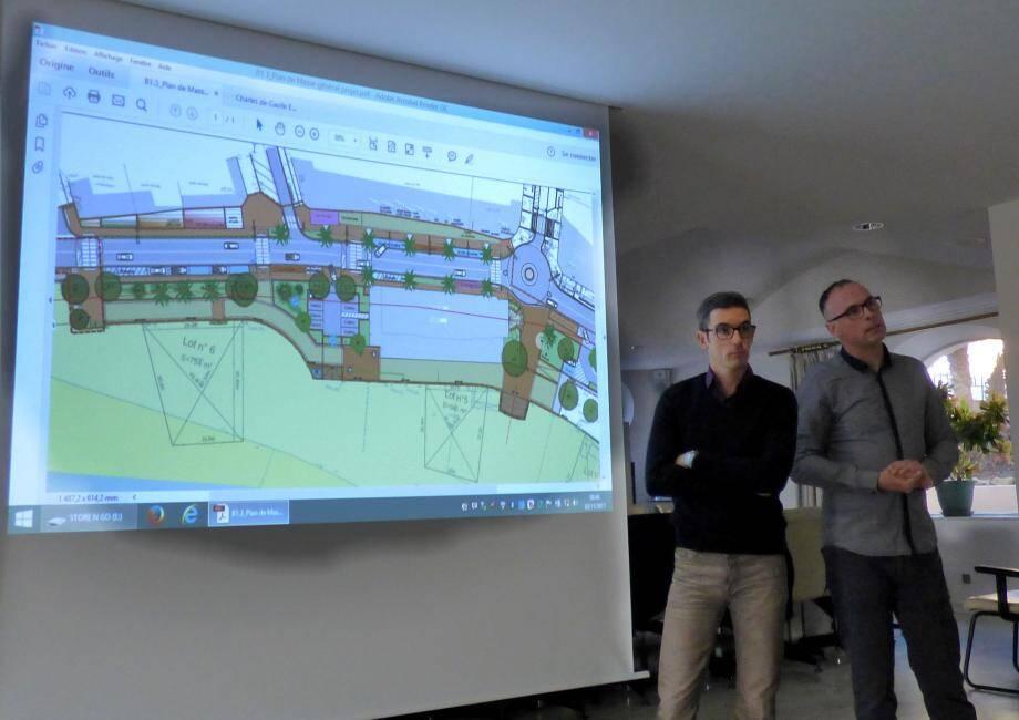 Aurélien Picca mandataire du groupe d'entreprises RBTP Serradori et Thierry Abran, directeur technique au bureau d'études A&TU ont présenté les différentes phases de la 3e tranche de travaux du front de mer.(C.G.)