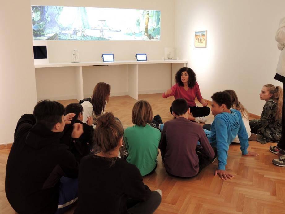 Parmi les nombreux groupes qui se sont déplacés, les jeunes du centre de loisirs Strassel ont vu leur « décryptage » des œuvres de Moebius facilité par la médiatrice de l'Hôtel des arts.
