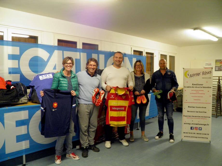 Carolyn a un large sourire devant tout cet engouement. A ses côtés, Aubin Hueber, Cédric Mallet, Valérie Georget, responsable du Decathlon de La Garde et Rémy Galleau, parrain de l'association.