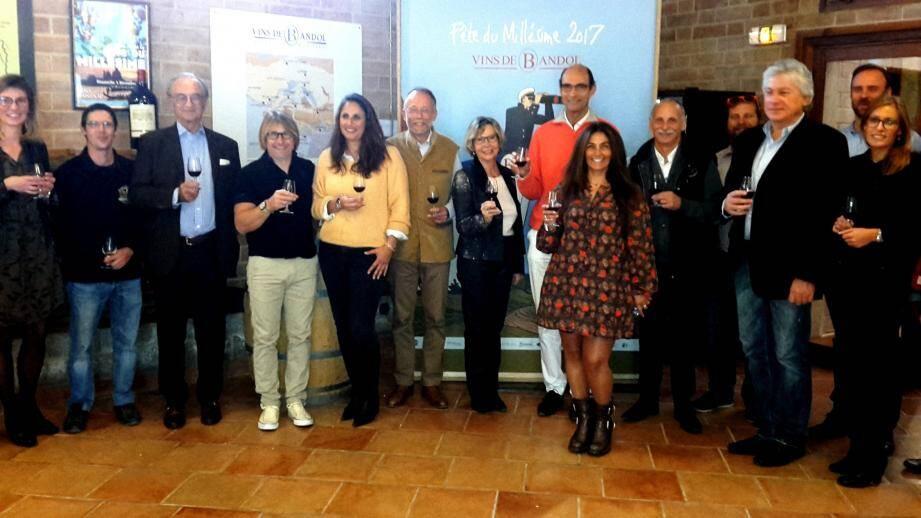 Entourant Guillaume Tari, président des Vins de Bandol, et Jean-Paul Joseph, le maire, les partenaires de la Fête du millésime, réunis au siège de l'association organisatrice, au Castellet.