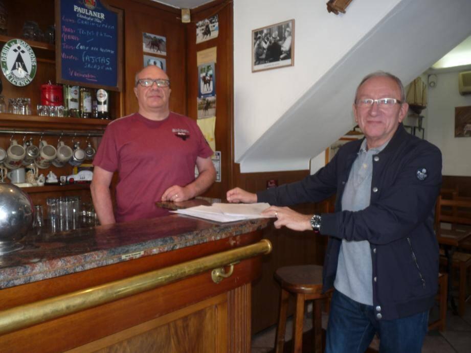 Michel Bataille, président du CIL de Barbès, et Jean-Michel Gérard-Caro, propriétaire depuis dix-neuf ans du Coq-Hardi .