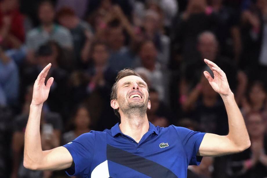 Les larmes aux yeux à la fin du match, Julien Benneteau a laissé exploser sa joie devant le public de Bercy.