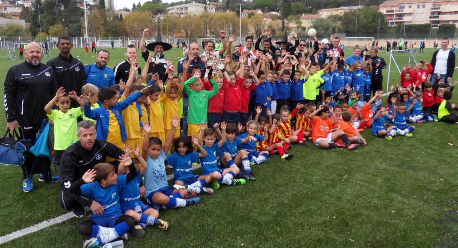 Une petite partie des 416 jeunes footballeurs varois participant au tournoi d'Halloween de l'Entente Pivotte Serinette.