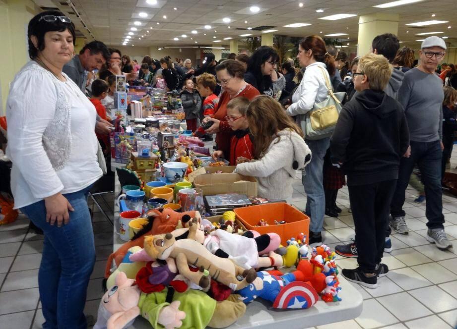 La bourse aux jouets, une manière de gâter les enfants sans attendre la fin décembre.