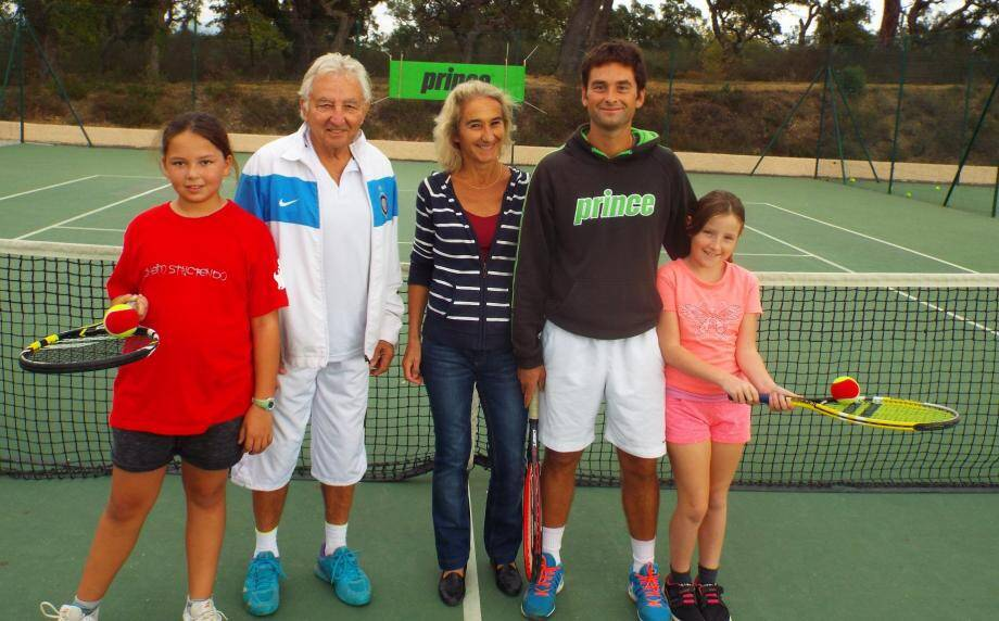 La présidente du Tennis Club de Cogolin Nathalie Pellissier (au centre) et l'ensemble du club sont sur le pont pour leur traditionnel tournoi.