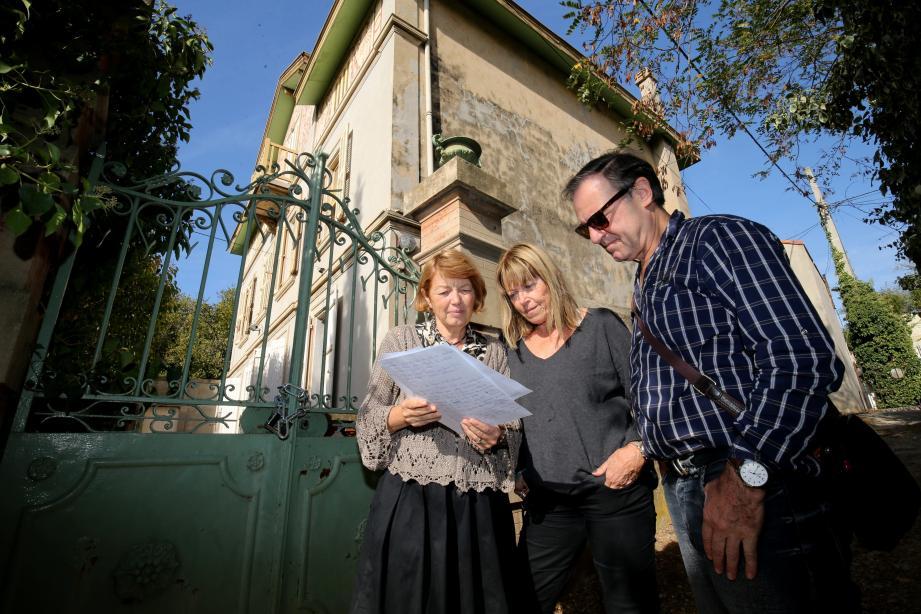 Annie Charamnac (à gauche), son mari (à droite) et Arlette Chambras (au centre) veulent faire classer la demeure pour éviter sa destruction.