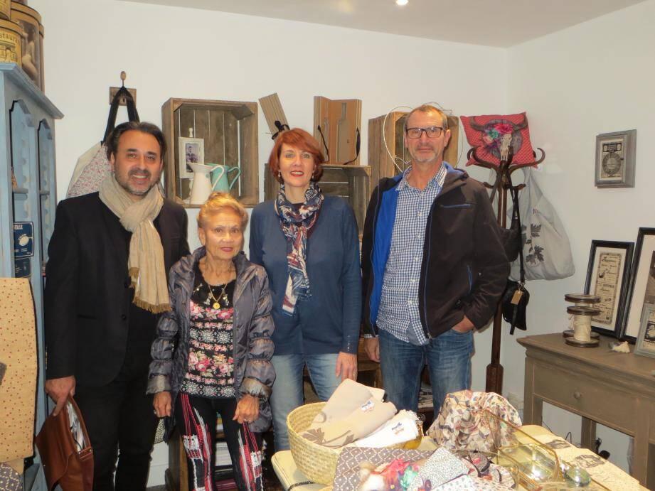 C'est entourée de ses amis et des commerçants de la vieille-ville que Sophie Tableau (2e en partant de la droite) a inauguré sa jolie boutique.