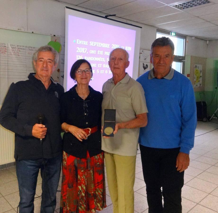 Daniel Mathieu, responsable section rando ; Camille Cotard, présidente démissionnaire ; Marcel Industri récompensé pour son travail d'animateur et Pierre Partage de la FFR.