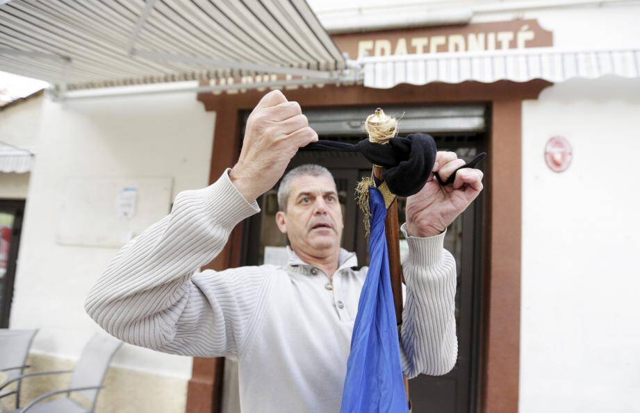 Au « Cercle de la fraternité », Jean-Pierre, le patron,  a mis hier son drapeau tricolore en berne, en signe de deuil.