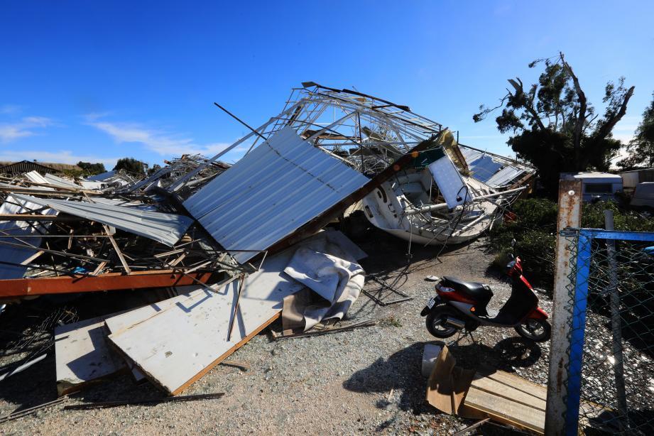 Dans le quartier du Palyvestre, la tornade qui s'est formée en mer a dévasté des serres, mais aussi cet entrepôt comprenant un bateau de plaisance. Les dégâts sont énormes.