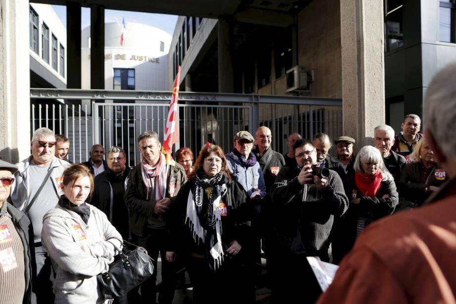 La délégation CGT rassemblée hier en début d'après-midi devant les grilles du palais de justice.