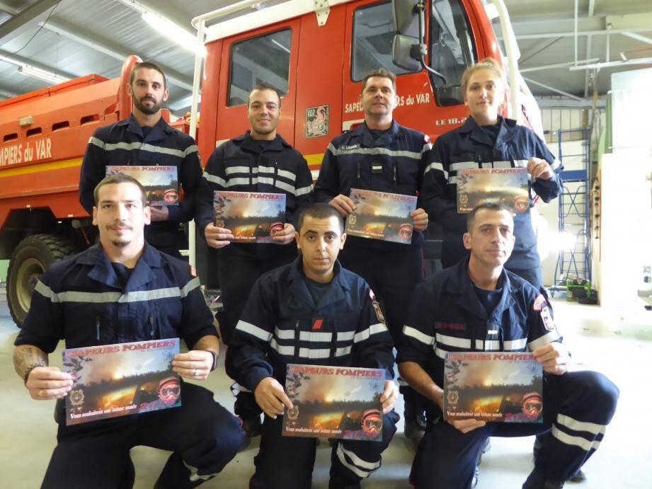 les pompiers vont visiter les foyers pour souhaiter leurs meilleurs vœux aux habitants et proposer leur calendrier 2018.(photo H. A.)
