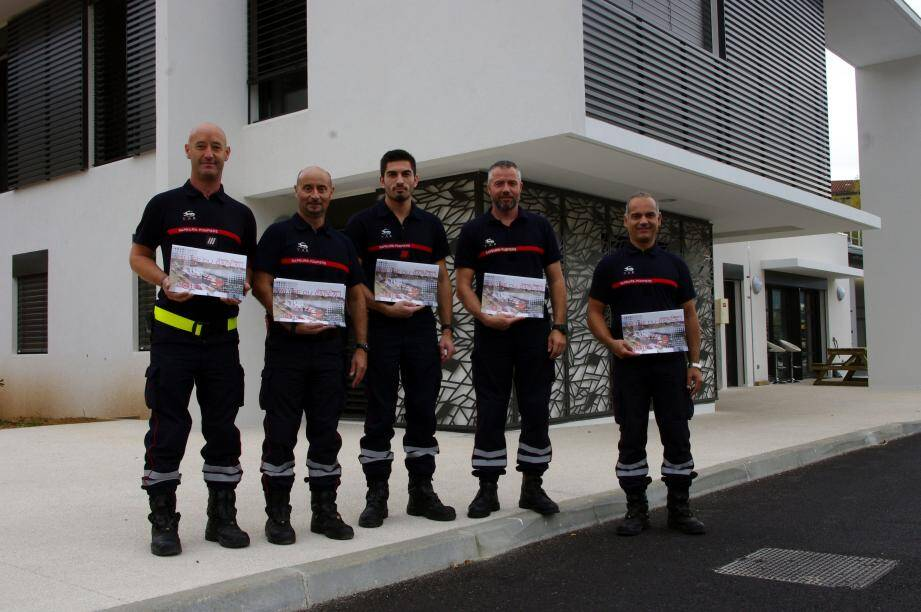 Les sapeurs-pompiers présentent leur calendrier 2018.