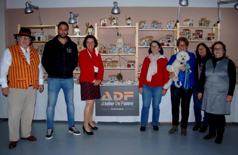 Avec Jean-Pierre Rolland, vice-président de l'art santonnier (à gauche), une partie de l'équipe de l'association Aidons un enfant.