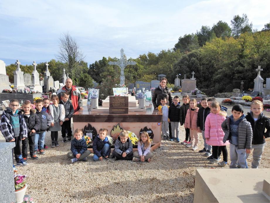 Devant le caveau des soldats morts pour la France, les enfants ont analysé les symboles.
