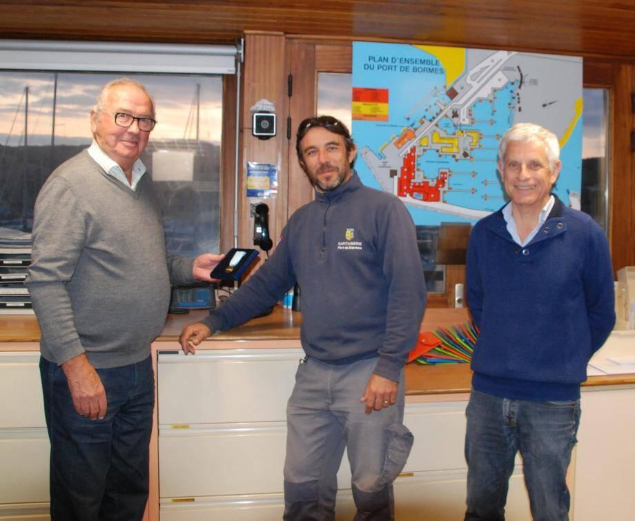Le président du yacht-club, Jean-Paul Meunier, a remis la médaille de 20 ans de service à David Faldini en présence du directeur du port, Jean-Pierre Gastaud. (photo B. K.)