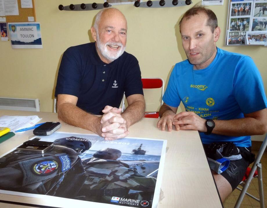 François Raimond donne des renseignements à Christophe, nouveau porte-drapeau de l'AMMAC.