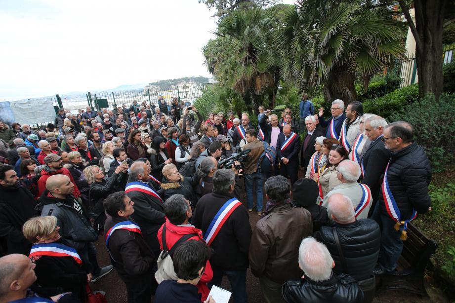 De nombreux habitants et élus étaient venus soutenir les cinq maires qui avaient été assignés en justice.(Ph. Cyril Dodergny)