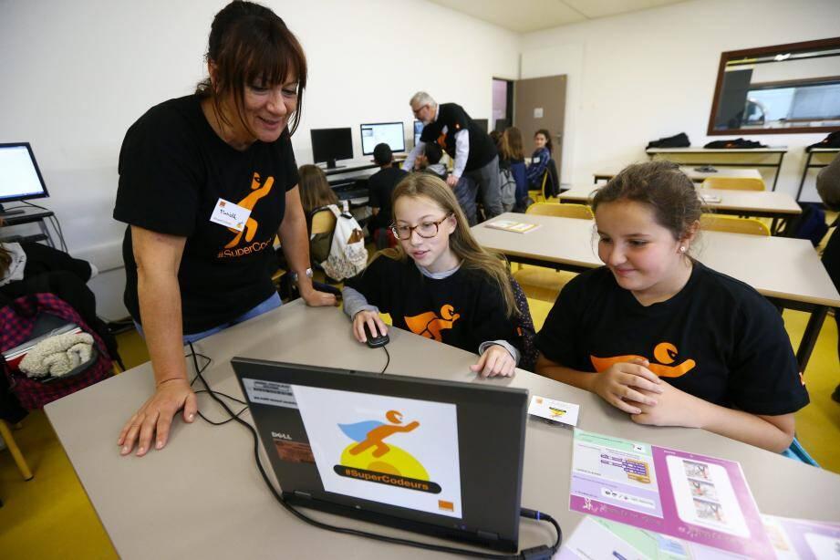 Hier au collège Sidney-Bechet : des élèves de CM2 et de 6e ont découvert avec l'aide de coaches d'Orange la manière de programmer des robots en créant de simples algorithmes.