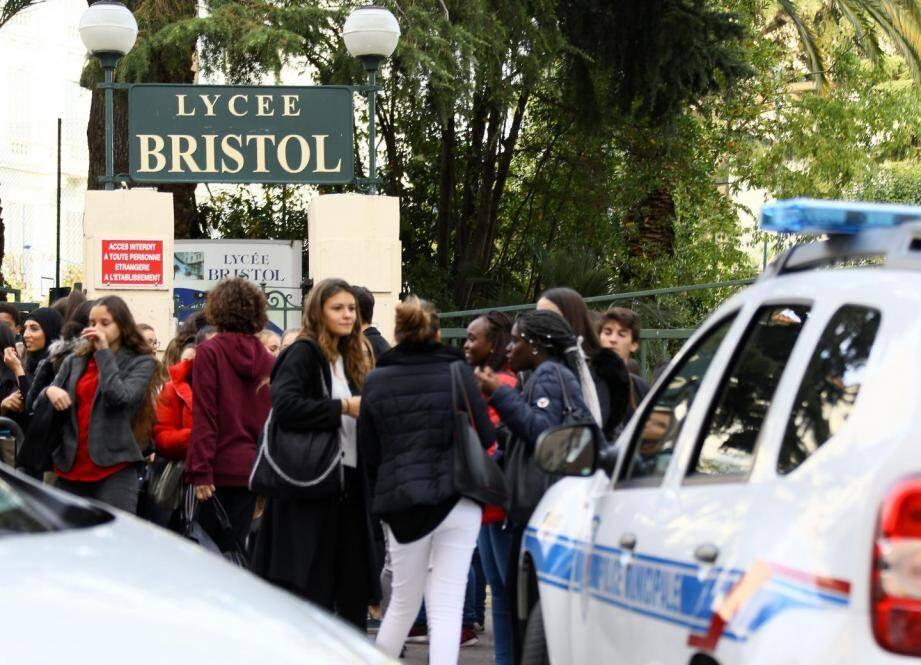 Les lycéens, plus curieux qu'inquiets, se sont rassemblés devant la grille du lycée après leur évacuation.