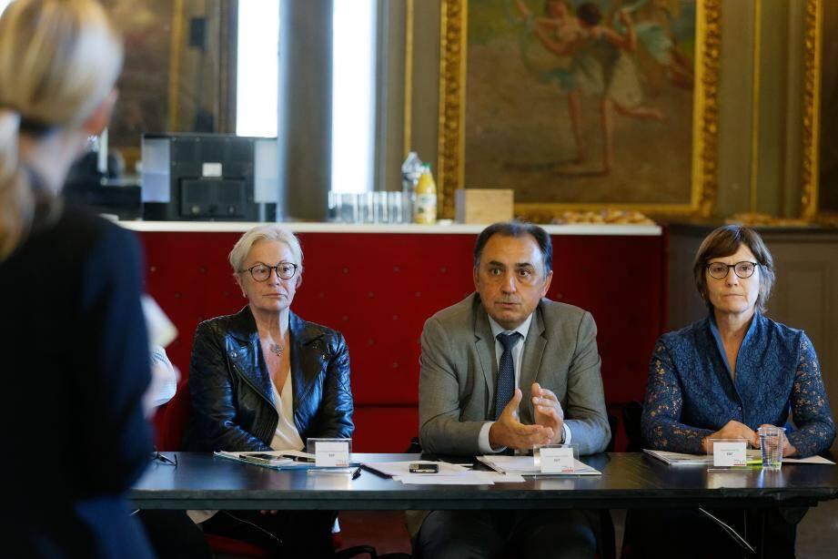 Jacques-Thierry Monti (au centre) et Jacqueline Castel (à droite): «Chez EDF, la solidarité envers la société civile s'exprime aussi dans le quotidien.»