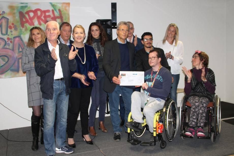 Les organisateurs de l'Ascension du col de Vence ont remis le chèque à la direction et à des représentants des conseils à la vie sociale en présence d'Anne Sattonnet.