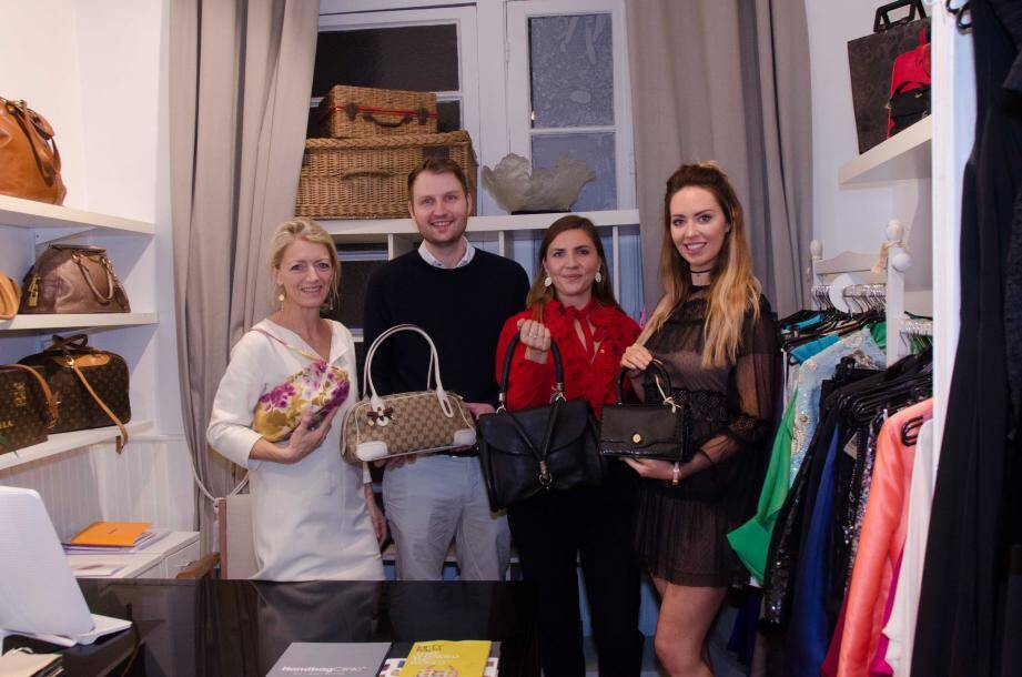 Au fond de la ruche de Katie Holmes (à gauche), Ben Staerk, Olivia et Charlotte lancent l'atelier Handbag Clinic Monaco.