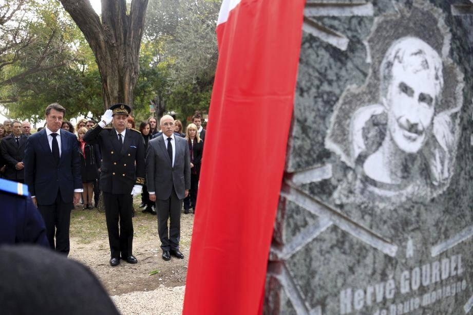 Une gerbe a été déposée au pied de la stèle rendant hommage aux victimes du terrorisme.