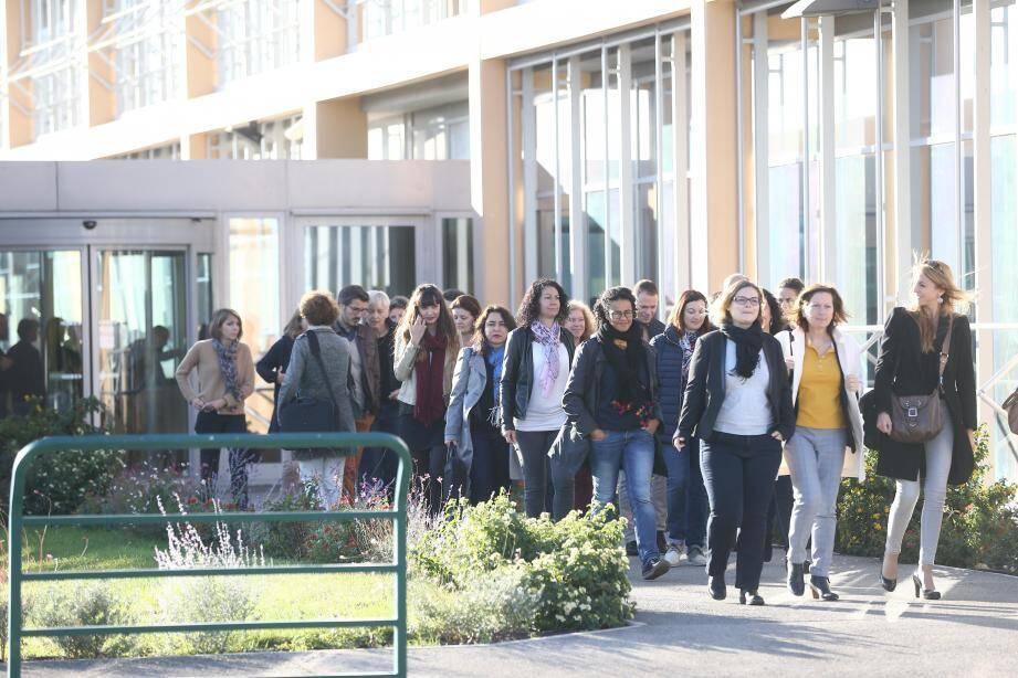 De nombreux salariés sont venus saluer les élus qui se sont déplacés sur le site de Galderma hier.