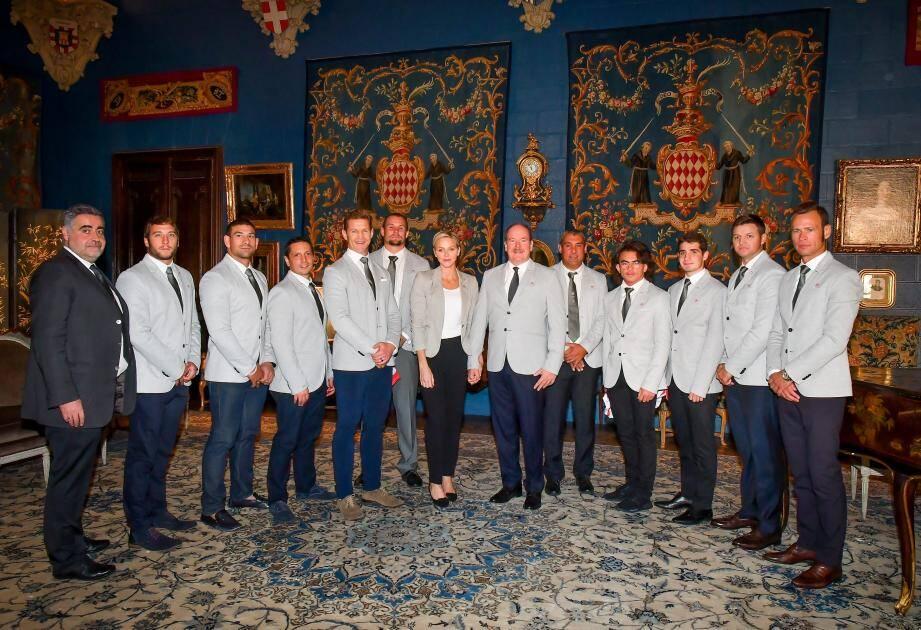 Le couple princier a revêtu hier matin la veste officielle de l'équipe pour recevoir une partie de la délégation au Palais princier.