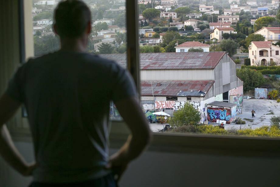 Depuis sa résidence à Golfe-Juan, Christophe subit les nuisances sonores du squat d'un hangar en taule et contre lequel il est impuissant.