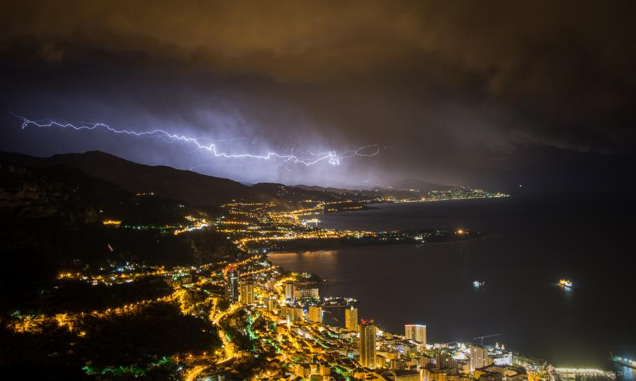 Dans la nuit de dimanche à lundi, un éclair internuageux a zébré le ciel, traversant les rideaux de grêle et de grésil entre Menton et Imperia. Monaco est resté au calme ce soir-là, ne recevant aucune goutte de pluie.