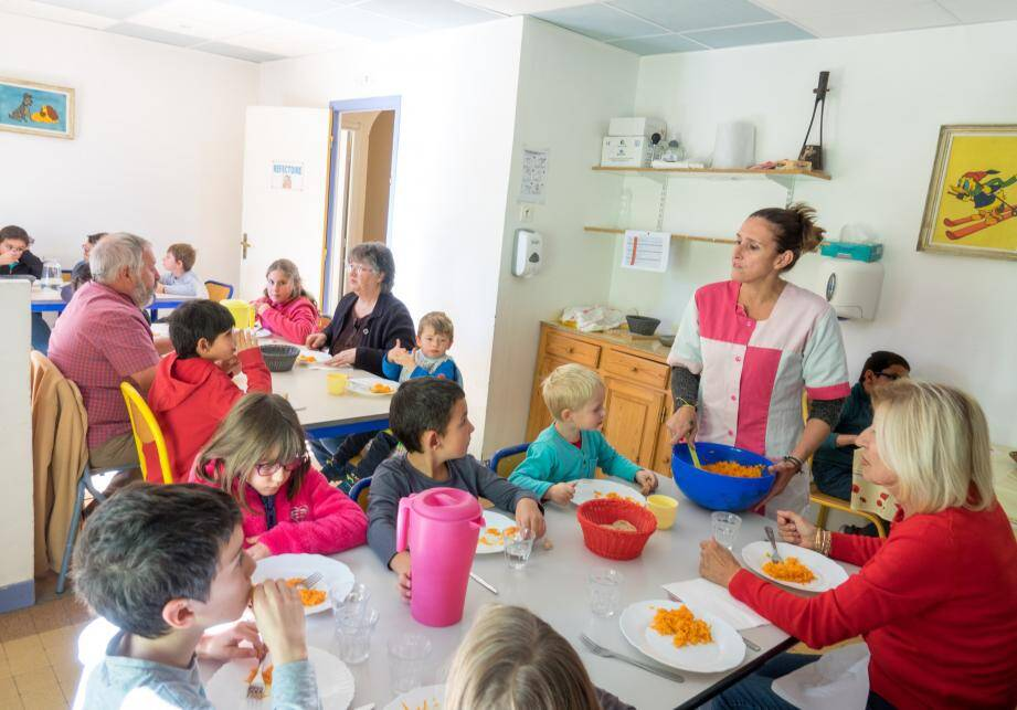 Trois grands-parents ont partagé le repas des écoliers.