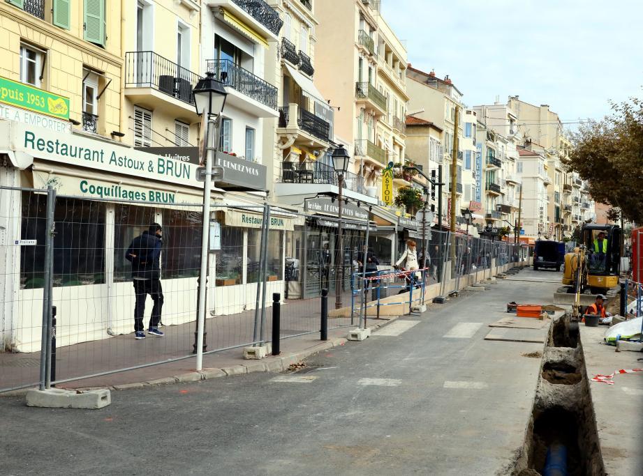 Sur la rue Félix-Faure piétonne après chantier, les terrasses vont être démontées.