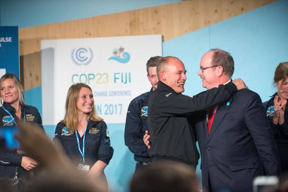 Mardi soir, au terme de la présentation, le souverain est monté sur scène à Bonn pour soutenir son ami Bertrand Piccard dans sa nouvelle démarche sur la  transition énergétique.