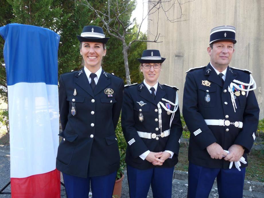 Au centre le capitaine Lucile Béguin, commandant de la compagnie de Grasse, et de gauche à droite, son adjointe le capitaine Émilie Passier et le capitaine Dominique Binaux, commandant en second.