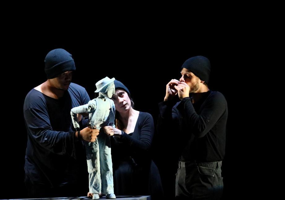 Une marionnette, et des comédiens pour l'animer : la magie Arkétal (photo Patrice Lapoirie)