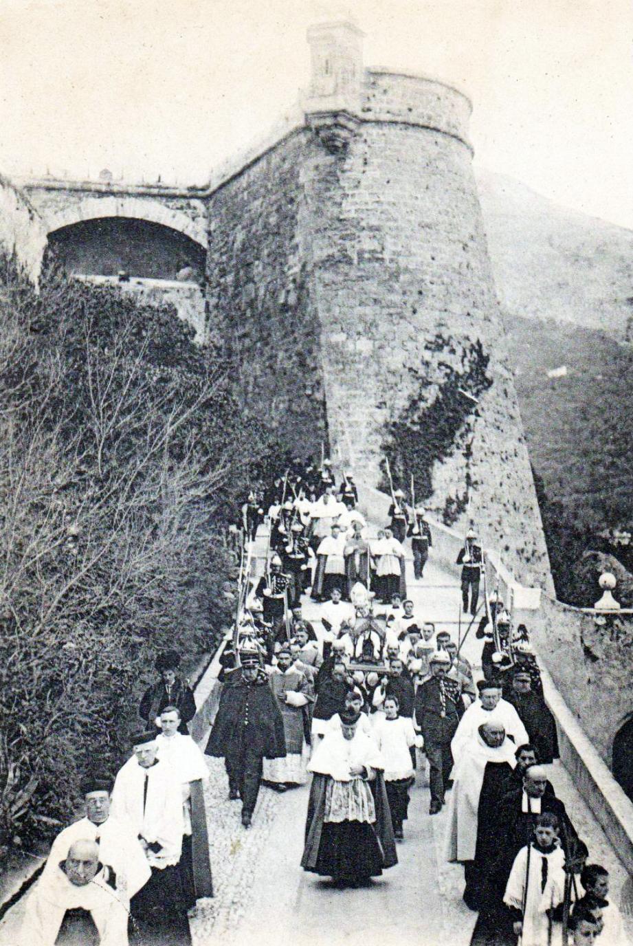 Les carabiniers dans la Rampe Major escortant la procession de Sainte-Dévote.(DR)