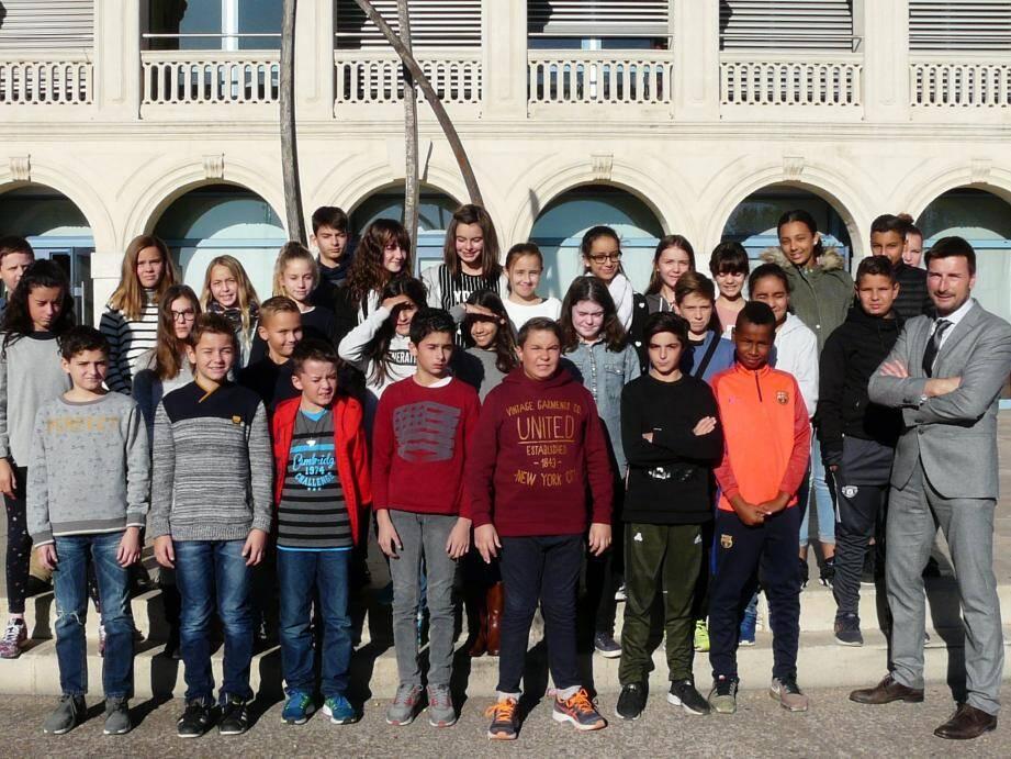 Les délégués des classes de 6e et 5e aux côtés d'Antoine Martinet.