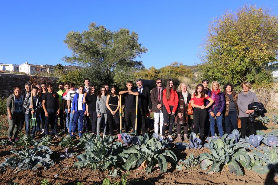 Les élèves ont reçu le maire et plusieurs élues d'Ollioules afin de leur présenter les plantations réalisées (choux, petits-pois, échalotes, salades, épinards).