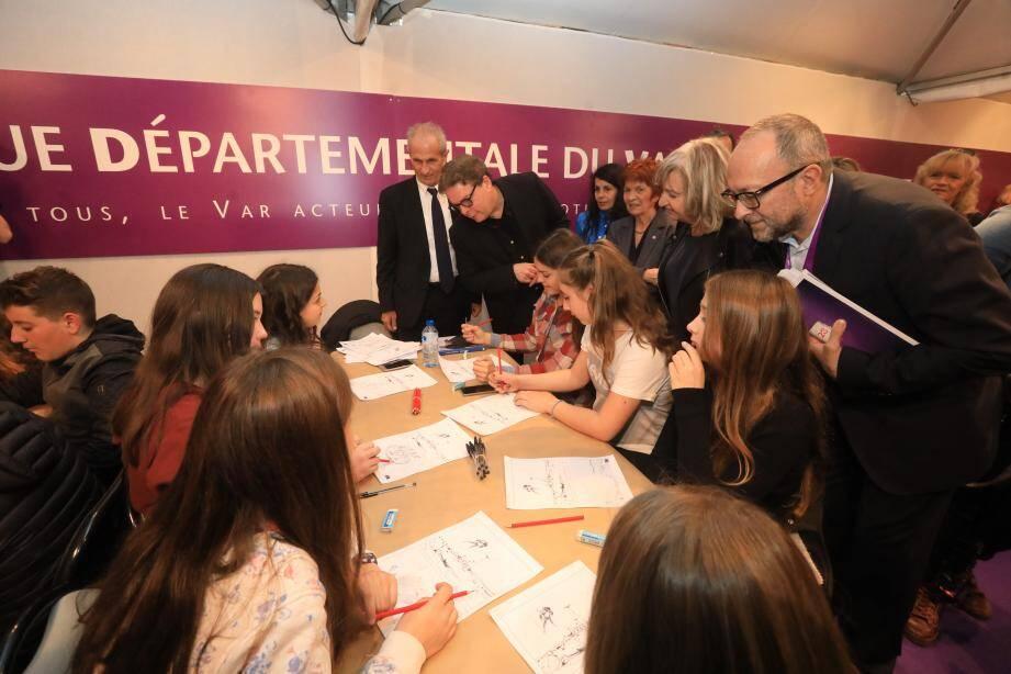 Hubert Falco et Douglas Kennedy en tête de la délégation qui a inauguré l'édition 2017 au pas de course, avec également Marc Giraud, venus saluer les élèves d'un atelier jeunesse.