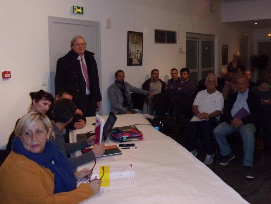 Robert Masson est venu saluer le dynamisme associatif carqueirannais. Les différents représentants des associations et les services municipaux étaient présents pour peaufiner l'organisation.
