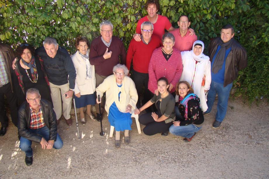 Famille et amis se sont retrouvés autour d'Andrée Canesse (au centre) pour fêter ses 106 ans. Ses enfants (derrière elle) et, à sa gauche, Paul et Paulette se sont occupés de l'organisation.