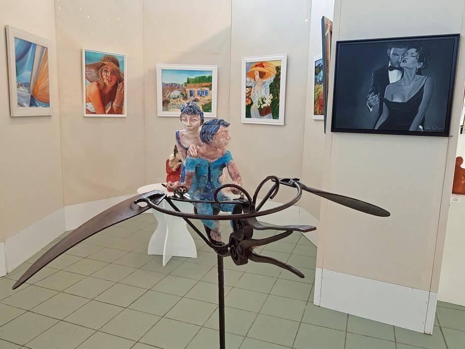 « Les voyageurs de l'espace », sculpture de Danièle Gras de Lorgues ou les dessins animaliers de Paule Morena, invité d'honneur du salon, attendent les visiteurs, parmi de nombreuses autres œuvres.