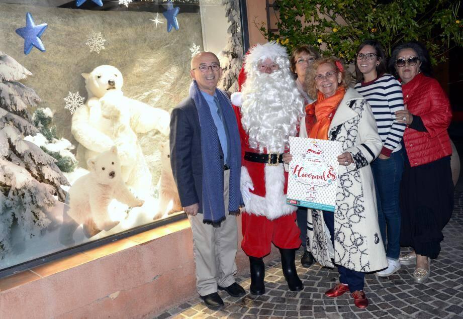 Le maire Jean-Claude Charlois, le Père Noël, Marie-France Fleuret-Masson, responsable solidarité, l'équipe de la maison du Tourisme présente les hivernales 2017.