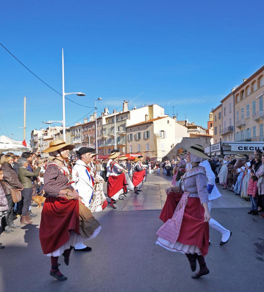 Sur le port, Rampeù et Fifres et Tambours ont dansé ensemble à l'occasion de cette Sainte-Cécile.