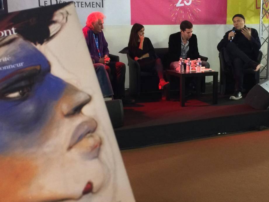 Enki Bilal, Marielle Macé et Serge Quadruppani sur le podium du Forum toulonnais, hier matin, pour une rencontre baptisée Frères Migrants avec en toile de fond l'ouvrage collectif illustré par Bilal, Ce qu'ils font est juste.