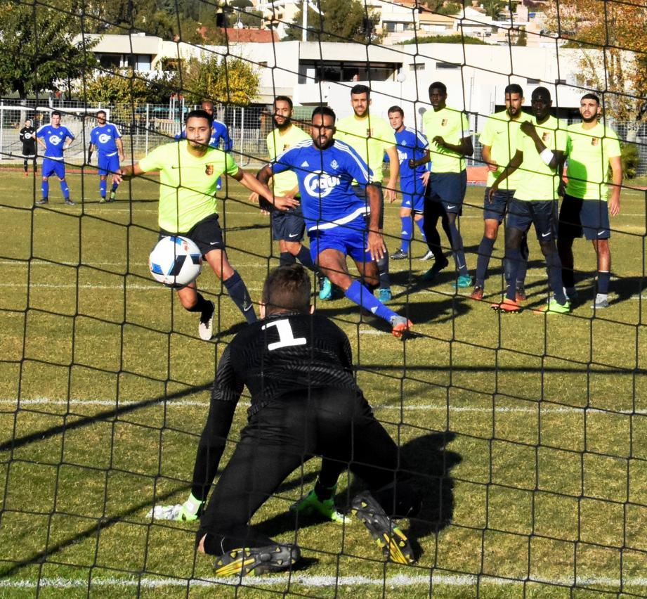Le Lavandourain Tarik Messadoui (en bleu) aura tenté en vain, avant son expulsion à la suite d'un choc avec le portier Seynois.