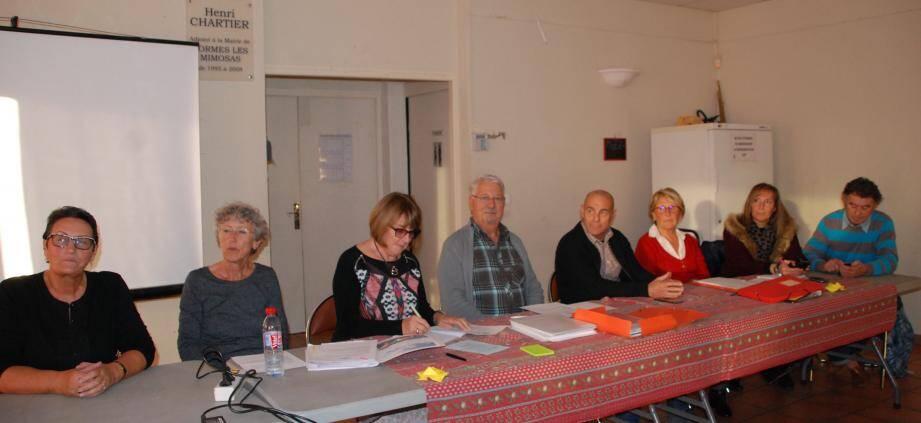 Les membres du bureau et les élus entourent le président Daniel Poupard.